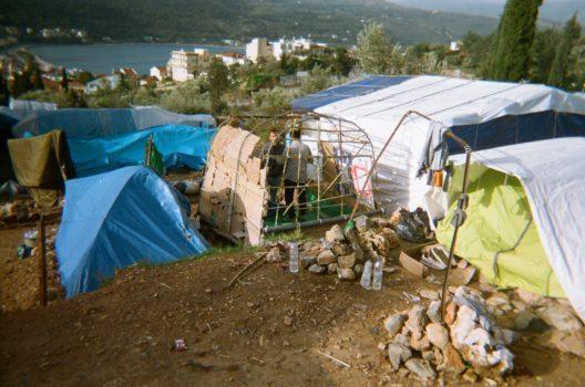 Persone che cercano di costruire una casa nella giungla intorno al campo. Scatto di Mahdi, 15 anni, per Through Our Eyes