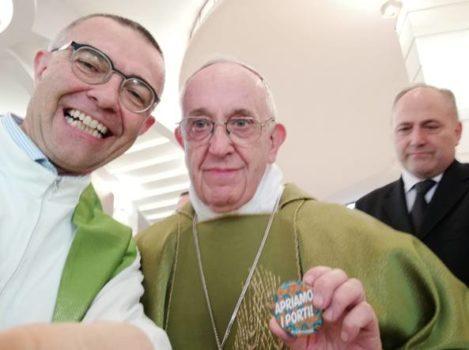 Papa Francesco spilla