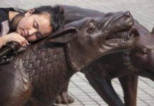 I lupi di Ruowang in piazza Municipio