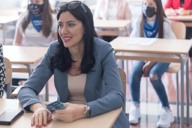 Azzolina difende la scuola