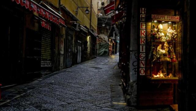 Natale, San Gregorio Armeno e Maradona: riapre la via dedicata all'arte presepiale